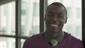 Een Zwarte Mens onderzoekt de Camera (2 van 2) stock video