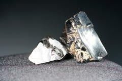Een zwarte rots die hoofdzakelijk uit koolstof bestaat en in hoogste kwaliteit gefotografeerd stock afbeelding