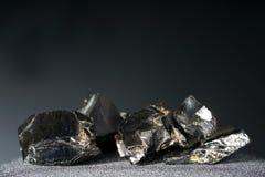 Een zwarte rots die hoofdzakelijk uit koolstof bestaat en in hoogste kwaliteit gefotografeerd stock afbeeldingen