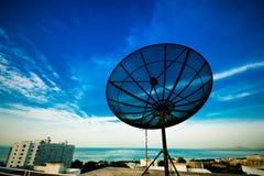 Een zwarte satellietschotel op hemel Royalty-vrije Stock Afbeeldingen