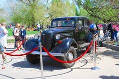 Een zwarte uitstekende auto bracht het park achter rood lint aan Stock Foto's