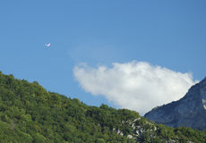 Een zweefvliegtuig dat over Alpen vliegt Royalty-vrije Stock Afbeeldingen