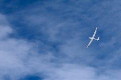 Een zweefvliegtuig dat over de blauwe hemel vliegt Stock Fotografie