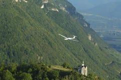 Een zweefvliegtuig dat over St Michel Church vliegt Royalty-vrije Stock Foto's