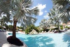 Een zwembad bij hotel 1 Stock Afbeeldingen