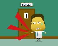 Een zwetende mens klopte op de toiletdeur waarin er binnen een persoon is Stock Fotografie