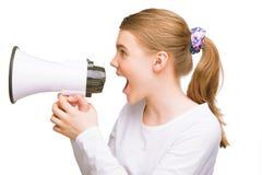 Eenage caucasian flicka som expressively talar på megafonen Royaltyfria Bilder
