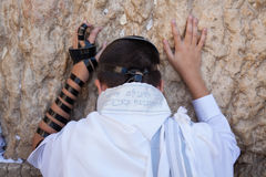 Eenager 13 years old praying at the wailing wall in black and white Royalty Free Stock Photos
