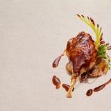 Eend confit Geroosterd eendbeen met aardappels royalty-vrije stock afbeelding