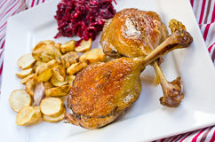 Eend confit met bieten en de artisjokkengebraden gerechten van Jeruzalem Royalty-vrije Stock Afbeelding