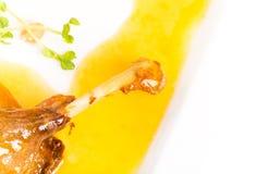 Eendbeen confit met gele saus Stock Foto's