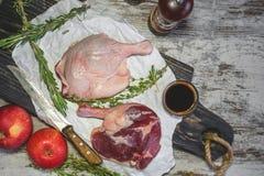 Eendbenen in een marinade met rozemarijn in de kom van een olijfboom worden gekookt die Stap voor stap Kopieer de plaats Stock Afbeelding