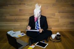 Eenhoorn in een kostuum en een band die laptop en gadgets gebruiken stock afbeelding