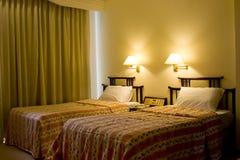 Eenpersoonsbed twee in een hotelruimte Stock Foto's