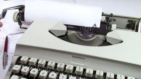 Eens? Ouderwetse ochtendscène: antieke schrijfmachine, kop van verse koffie, bedrijfscontract en pen stock footage
