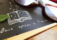 Eens - verhaal, het storytelling, woorden, boek en glazen royalty-vrije stock afbeeldingen