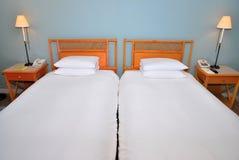 Eenspersoonsbedden in hotel stock afbeeldingen