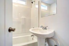 Eenvoudig badkamersbinnenland. Stock Foto's