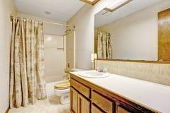 Eenvoudig badkamersbinnenland in leeg huis Royalty-vrije Stock Afbeeldingen