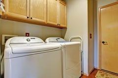 Eenvoudig badkamersbinnenland met witte toestellen Royalty-vrije Stock Fotografie