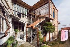 Eenvoudig blokhuis met grote vensters en twee vloeren in landelijke stijl Stock Afbeeldingen