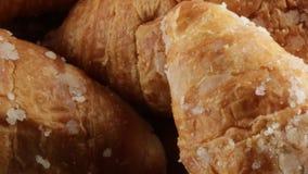 Eenvoudig croissantsvoedsel voor ontbijt stock footage