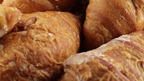 Eenvoudig croissantsvoedsel voor ontbijt stock video