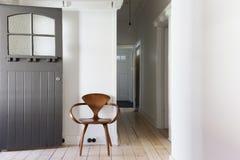 Eenvoudig decor van klassieke houten stoel in flatingang horizont stock afbeelding