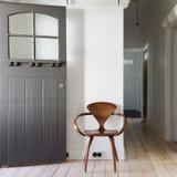 Eenvoudig decor van klassieke houten stoel in het vierkant van de flatingang royalty-vrije stock fotografie