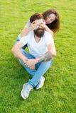 Eenvoudig geluk Paar in liefde het ontspannen op groen gazon Het speelse meisje en vriend dateren De doelstellingen van paarrelat stock foto's