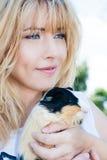 Eenvoudig geluk Vrouw het houden van huisdier Dierlijke therapie stock afbeelding