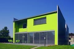 Eenvoudig groen huis Stock Afbeeldingen
