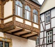 Eenvoudig helft-betimmerd façade in de achtergrond en het rijk gesneden helft-betimmerde huis op een erker in de oude stad royalty-vrije stock afbeeldingen