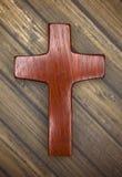 Eenvoudig Houten Christian Cross op een Houten Achtergrond Royalty-vrije Stock Afbeeldingen