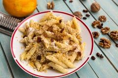 Eenvoudig maar smakelijke zoete deegwaren met noten, suiker en rozijnen stock foto
