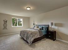 Eenvoudig ontwerpbinnenland van de slaapkamer van de beige Vrouw stock afbeelding