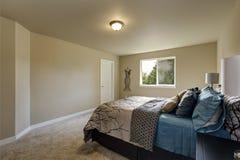 Eenvoudig ontwerpbinnenland van de slaapkamer van de beige Vrouw royalty-vrije stock fotografie