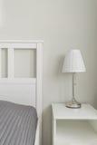Eenvoudig ontworpen ruimte dichtbij bed Royalty-vrije Stock Afbeeldingen