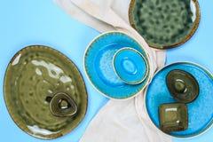 Eenvoudig rustiek met de hand gemaakt Ceramisch vaatwerk op blauwe achtergrond stock afbeeldingen