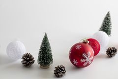 Eenvoudig van Kerstmisdecoratie op witte achtergrond stock foto