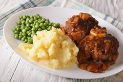 Eenvoudig Voedsel: Het lapje vlees van Salisbury met fijngestampte aardappels en groene erwten Royalty-vrije Stock Foto