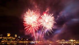Eenvoudig wit en rood vuurwerk | De Stad van Quebec royalty-vrije stock fotografie