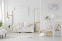 Eenvoudig wit woonkamerbinnenland royalty-vrije stock afbeelding