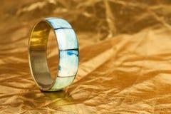 Eenvoudige armband op gouden achtergrond Royalty-vrije Stock Afbeeldingen