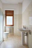 Eenvoudige badkamers in normale flat Royalty-vrije Stock Afbeeldingen