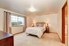 Eenvoudige beige slaapkamer met minimaal binnenlands ontwerp royalty-vrije stock afbeeldingen