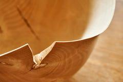Eenvoudige bruine houten kom met barst stock fotografie