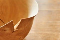 Eenvoudige bruine houten kom met barst royalty-vrije stock afbeelding
