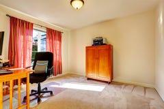 Eenvoudige bureauruimte met houten kabinet Royalty-vrije Stock Afbeeldingen