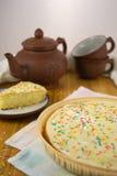 Eenvoudige cake met room en het bestrooien Royalty-vrije Stock Foto's
